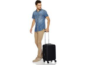 Homme tenant une valise rigide