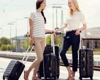 Jeune femme tenant des valises